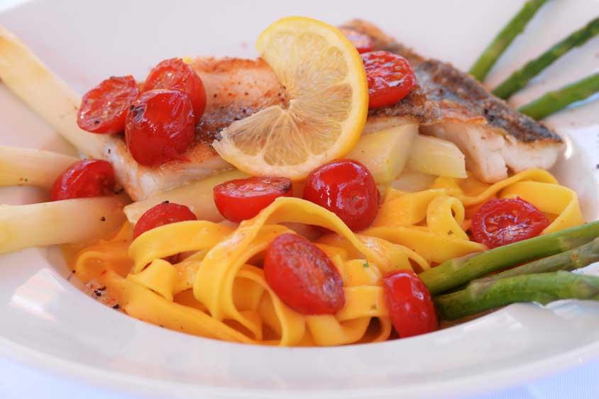 Der Bümmersteder Krug serviert Speckmanns Spargelsuppe, Spargel in Grün und Weiss und anderes Gemüse, klassisch mit Sauce Hollandaise, Schnitzel und Schinken, Schweinemedaillons, Räucherlachs, gratinierte Fischfilets und einem leckeren Dessertbüfett.