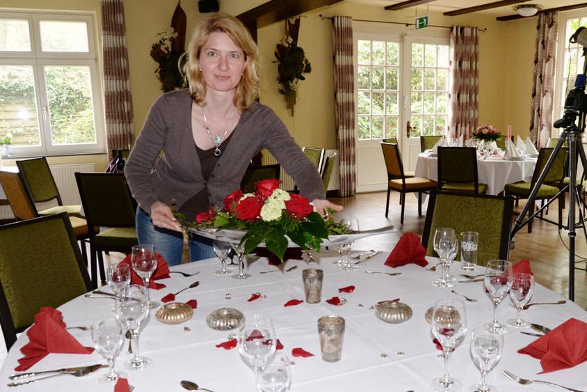 Die Floristin Monika Würdemann dekorierte Tische und sorgte für den passenden Blumenschmuck.