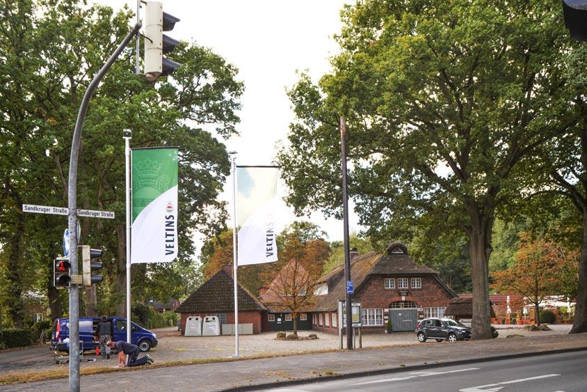 Gestern wurden vor dem Bümmersteder Krug zwei neue Fahnenmasten mit Fluchtlicht aufgestellt.