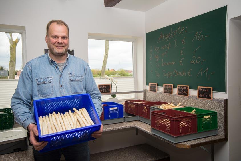 Joachim Thees im Hofladen des Spargel- und Erdbeerhofes.