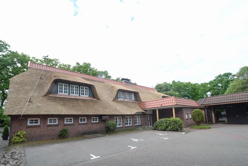 Der Bümmersteder Krug hat ein neues Reithdach. Der Charakter eines alten Bauernhauses bleibt bestehen.