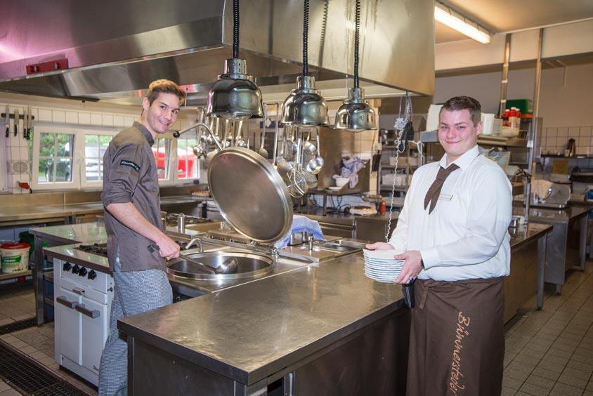 Niko Jagusch und Jan-Phillipp Noll haben ihre Ausbildung im Bümmersteder Krug begonnen.
