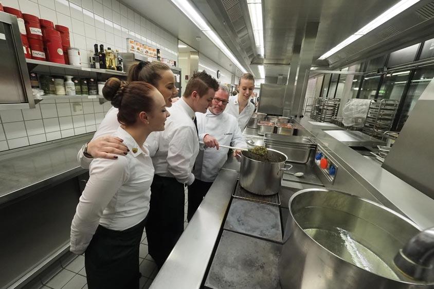 Die Auszubildende des Hotel- und Gastronomiegewerbes – auch aus unserem Haus – betreuten die Gäste an den Tischen und servierten: 200 Kilogramm Grünkohl, 60 Kilogramm Fleischpinkel, 95 Kilogramm Kasseler-Kotelett ohne Knochen, 50 Kilogramm Kochmettwurst und 38 Kilogramm geräucherten Speck – alles von regionalen Produktionsbetrieben.