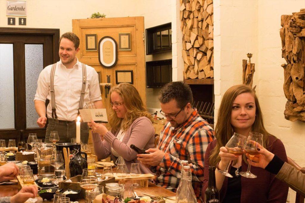 Der Biersommelier Timo Schwindt wird den Gästen des Beer-Tastings im Bümmersteder Krug die interessante Welt der Bierspezialitäten näher bringen.