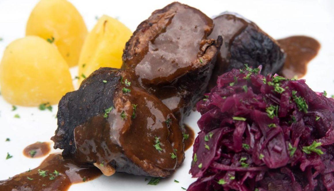 Rouladen mit Salzkartoffeln und Rotkohl