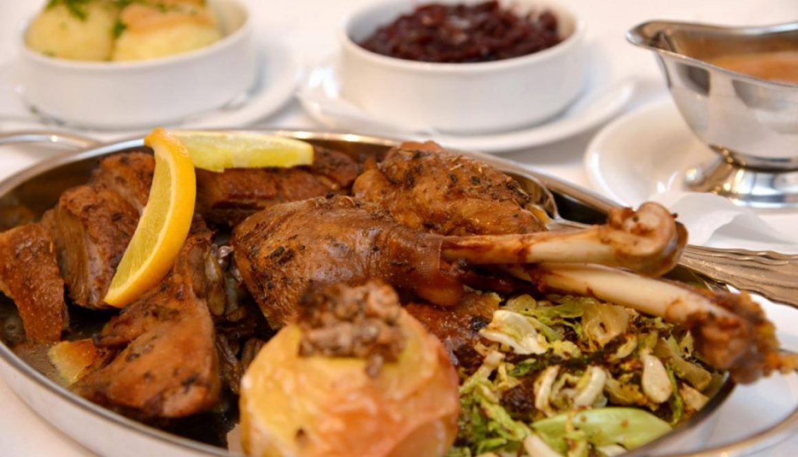 Gänsebraten mit Rosmarin-Orangensoße und als Beilage Rotkohl und Kartoffelklöße.