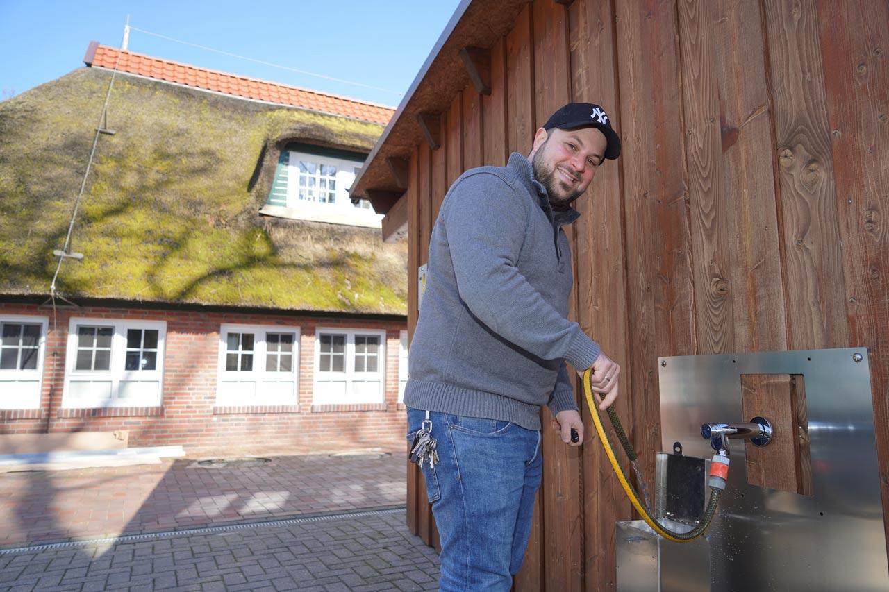 Nico Winkelmann an der Wohnmobil-Toilette.